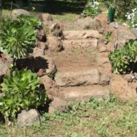 Escaleras rústicas de piedra y bloques de toba