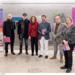 Foto de grupo del vicerrector y los galardonados con el Premio de Pintura Enrique Lite.