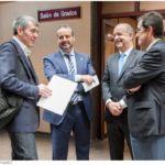 El presidente del Gobierno, con el consejero de Economía y los dos rectores