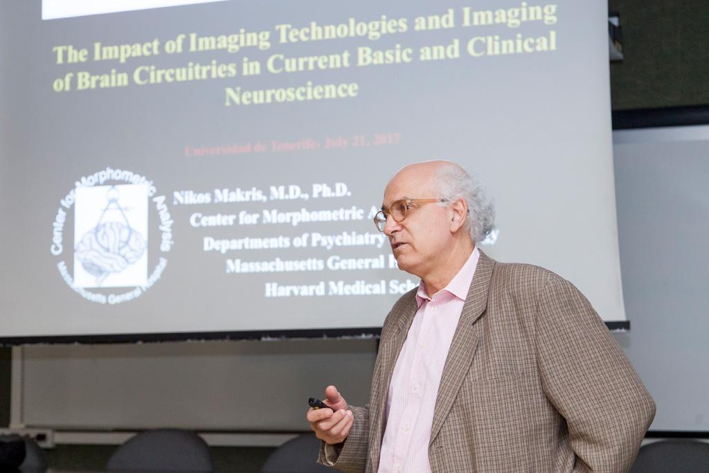 Nikos Makris durante su conferencia en la ULL.