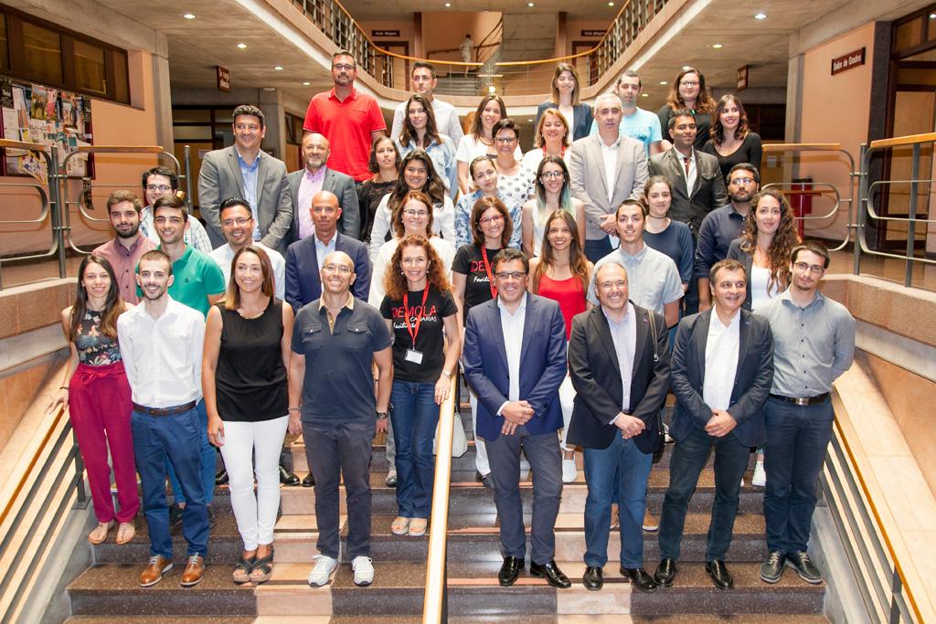 """Foto de grupo de todos los participantes en este """"final pitch"""" de Demola Canarias."""