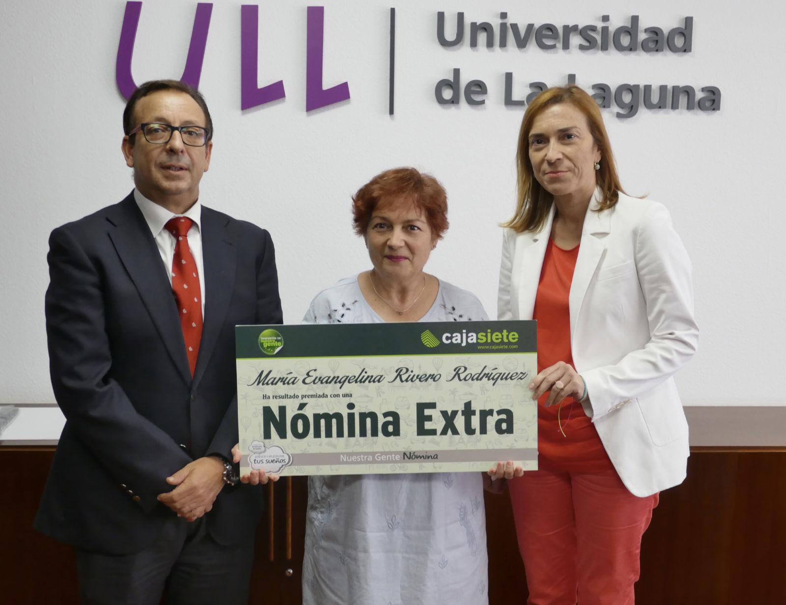 Entrega de cheque-nómina de Cajasiete a una empleada de la ULL