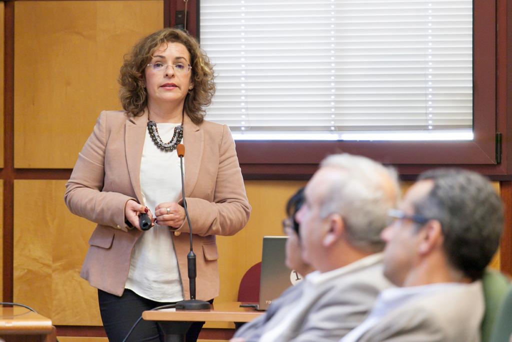 Rosa Marina González, directora de la Cátedra de Economía y Movilidad de la ULL, durante su intervención en ULL Opina.
