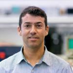 Oswaldo González investiga las aplicaciones de la luz LED.