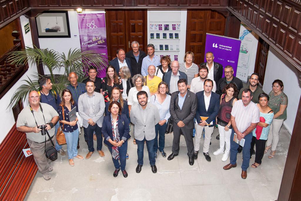 Foto de familia de los participantes en la reunión celebrada en la ULL para constituir la sociedad que coordinará la candidatura de este Itinerario Cultural Europeo.