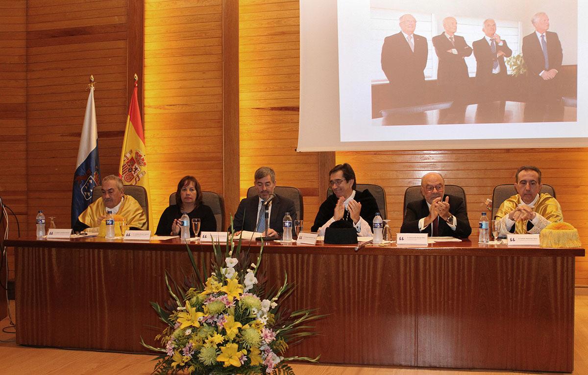 Mesa presidencial de la celebración de los 50 años de la Facultad de Medicina.