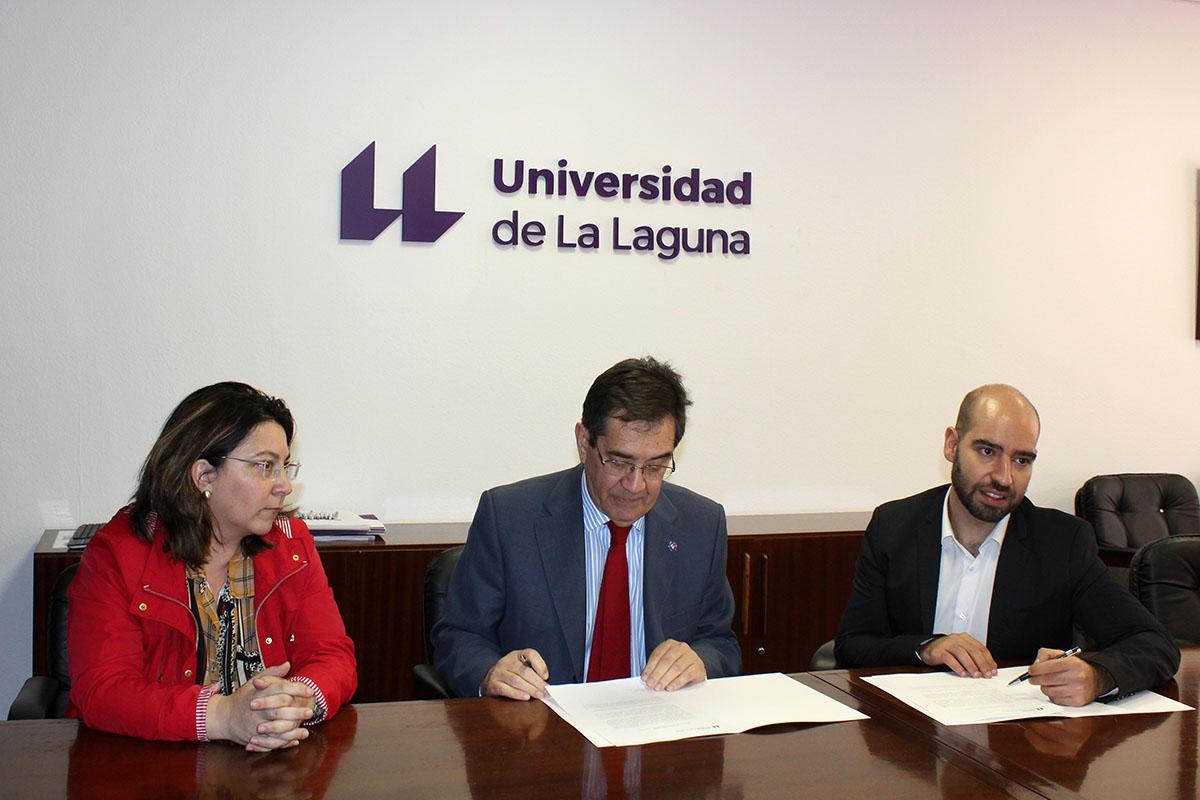 Norena Martín Dorta, Antonio Martinón Cejas y Eduardo Díaz Castro durante el acto de donación del fondo de Bellén Castro Morales.