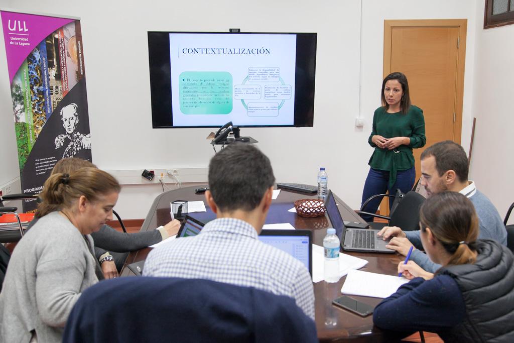 Una de las tecnólogas del programa Agustín de Betancourt presenta la actividad que ha desarrollado este año ante el comité evaluador.