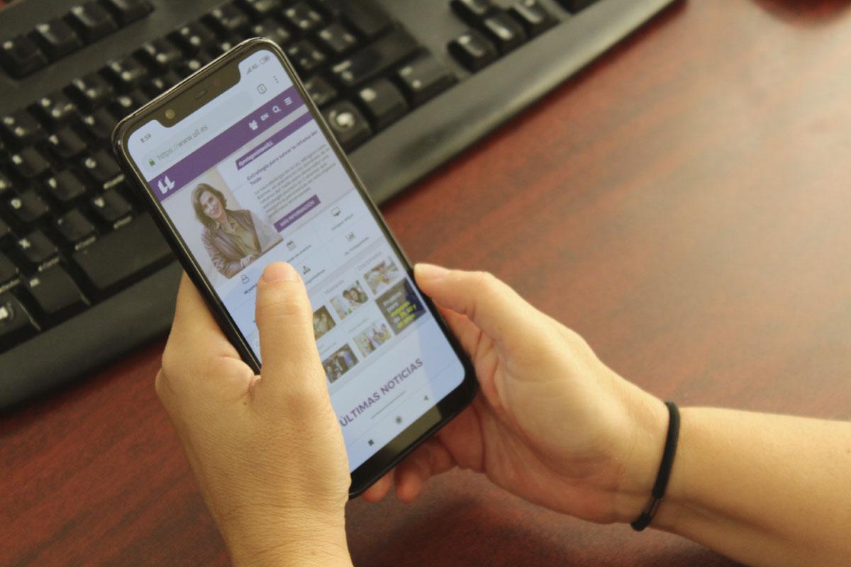 Imagen de una persona consultando la web de la ULL con su móvil