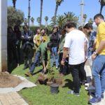 Foto del acto simbólico de plantar un árbol por el cambio climático