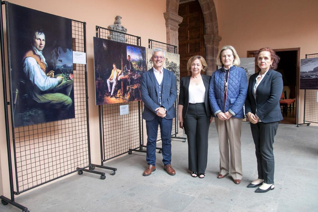 El comisario de la exposición, Francisco Javier Castillo, con la rectora Rosa Aguilar, la ex-rectora Marisa Tejedor y la vicedirectora de la Real Sociedad Económica, Nélida Rancel, junto a los paneles de esta exposición sobre Humboldt.
