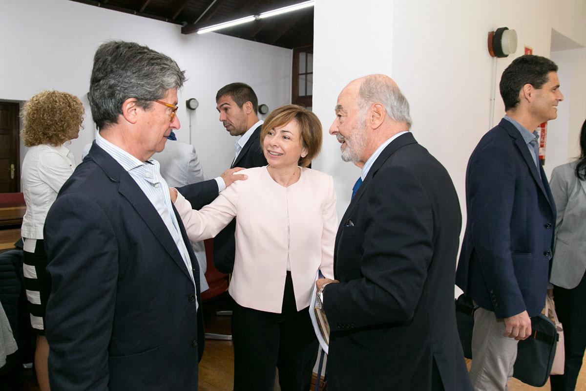 La rectora, junto al presidente y el vicepresidente del Consejo Social, en instantes previos al pleno.