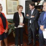 Fotografía de la reunión de la rectora Rosa Aguilar en el Cabildo