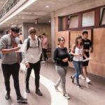 Varios estudiantes se dirigen a las jornadas de la Facultad de Economía, Empresa y Turismo.