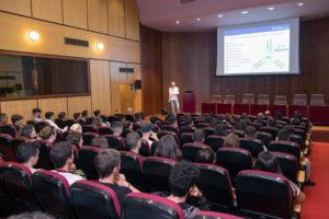 Uno de los asesores del SIO, durante su charla en la Facultad de Economía, Empresa y Turismo.