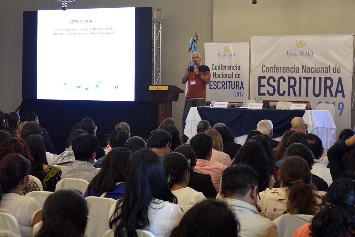 Juan E. Jiménez durante su conferencia en Guatemala.