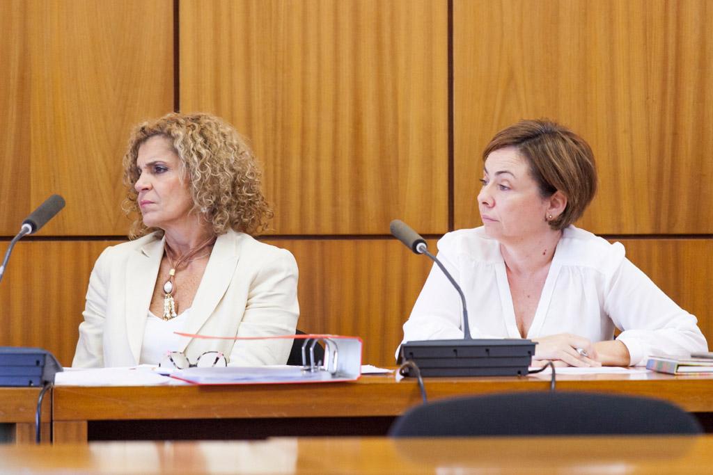 La secretaria general y la rectora durante la sesión.
