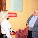 Ernesto Rodríguez Abad descubre la placa con la nueva denominación de la Biblioteca Municipal de Los Silos.