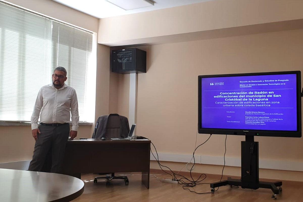 Claudio Briones durante la presentación de su TFM.