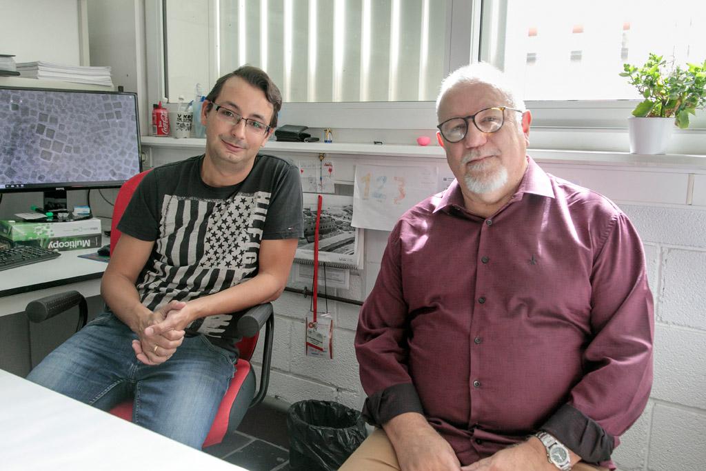 Francisco Javier del Castillo (i) y Sidney Ribeiro (d) en la Sección de Física de la Facultad de Ciencias.