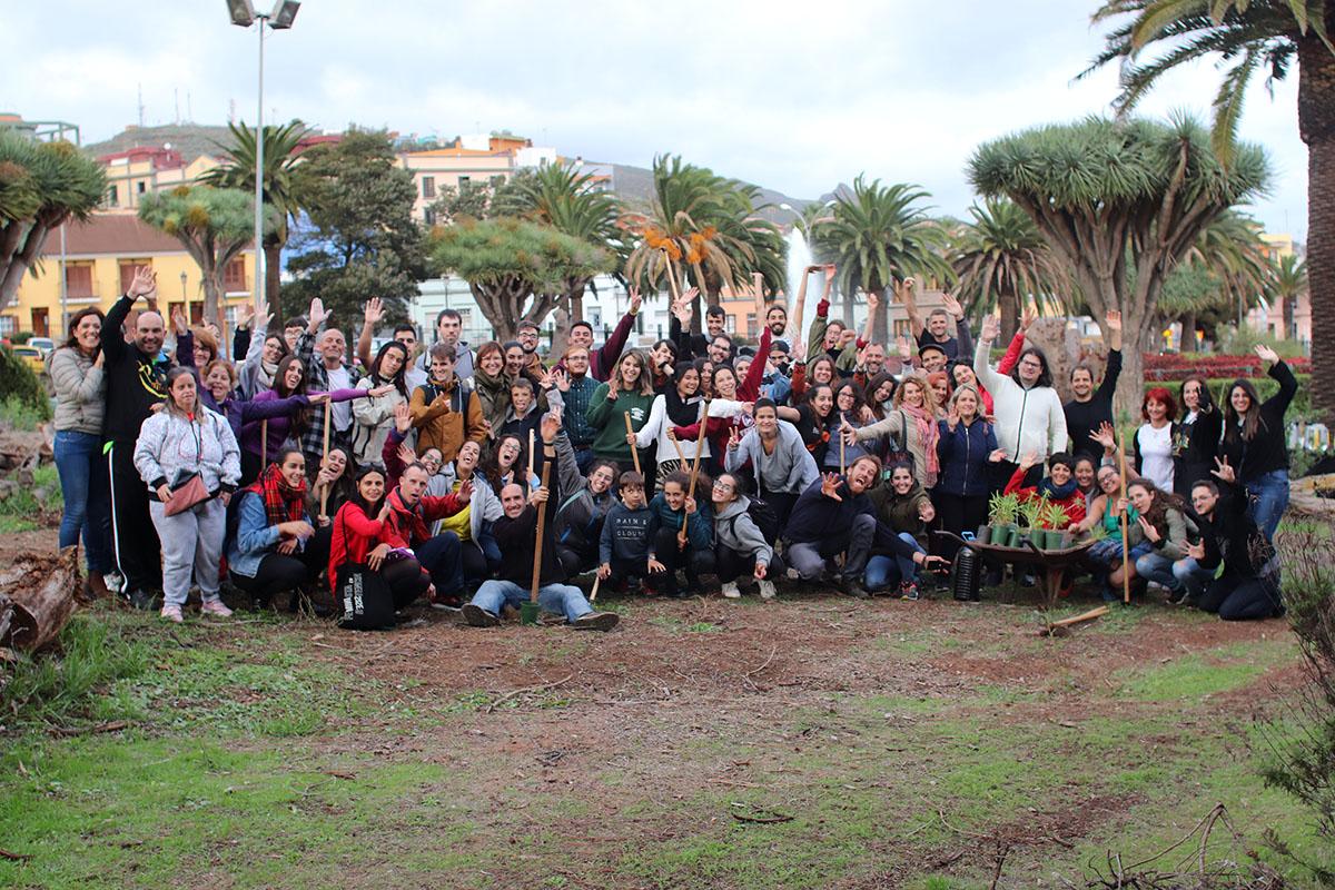 """Alumnado de la ULL y de Giro-Arte """"plantan oxígeno"""" en los jardines del Campus Central"""