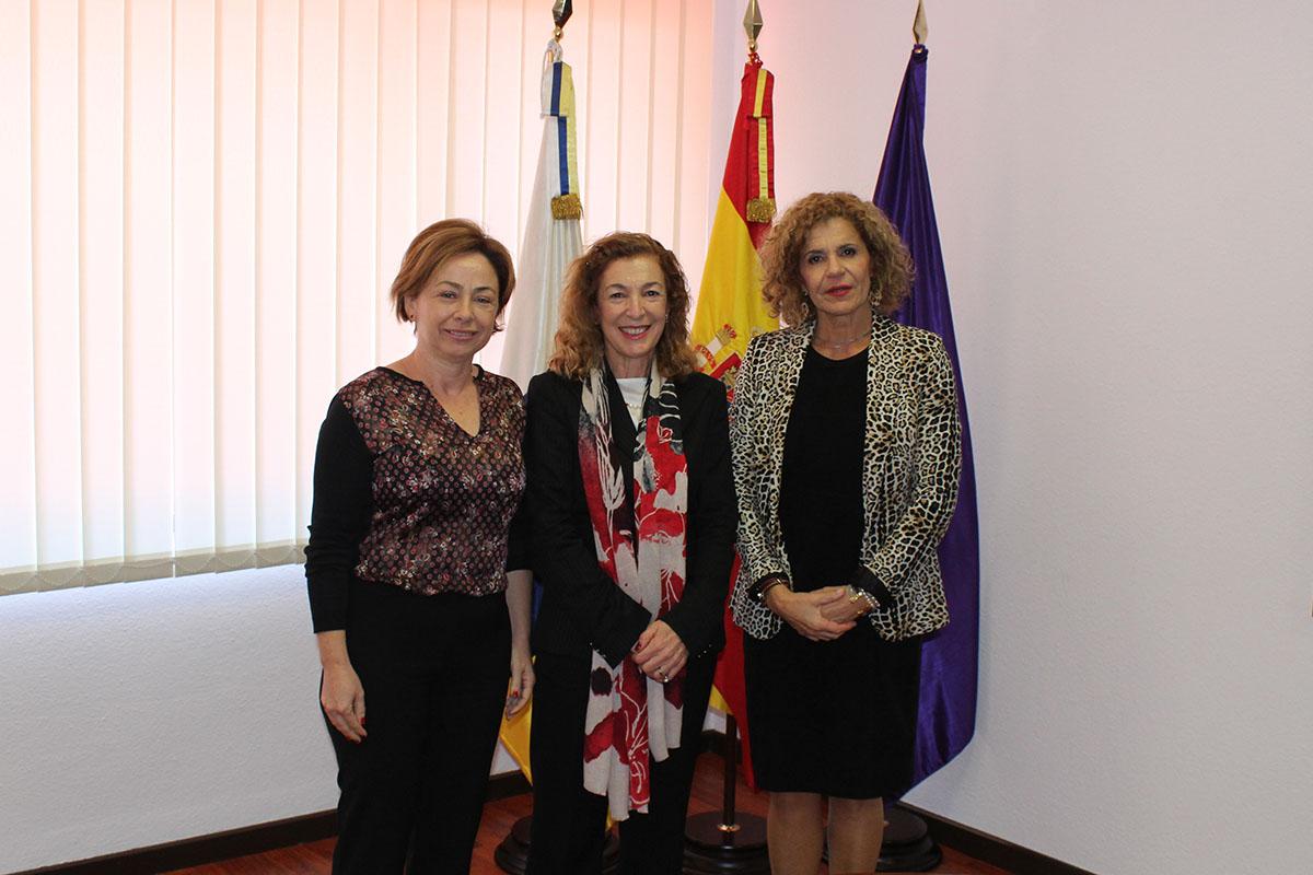 De izquierda a derecha, la rectora, la nueva directora del IUEM y la secretaria general de la ULL tras la toma de posesión.