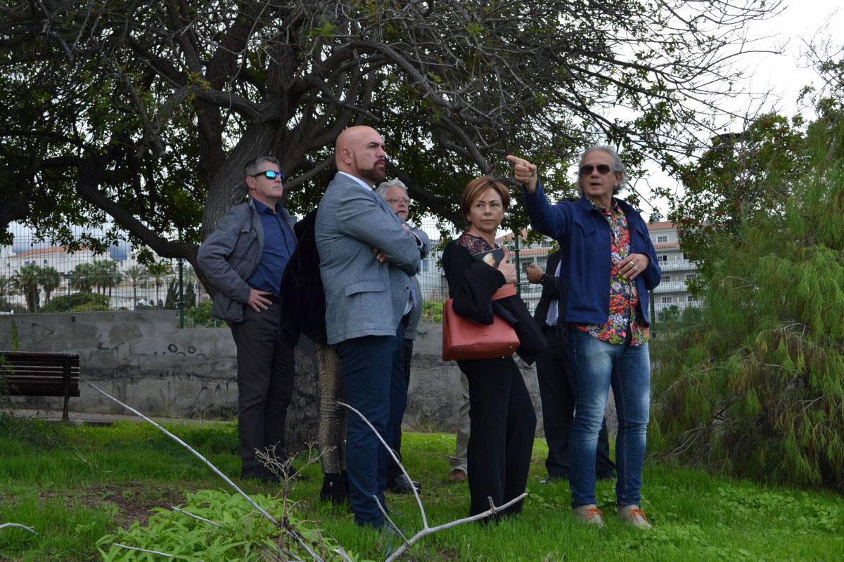 El arquitecto Domínguez Anadón (d) explica a la rectora, el alcalde y el resto de la comitiva los planes para la Casa Amarilla