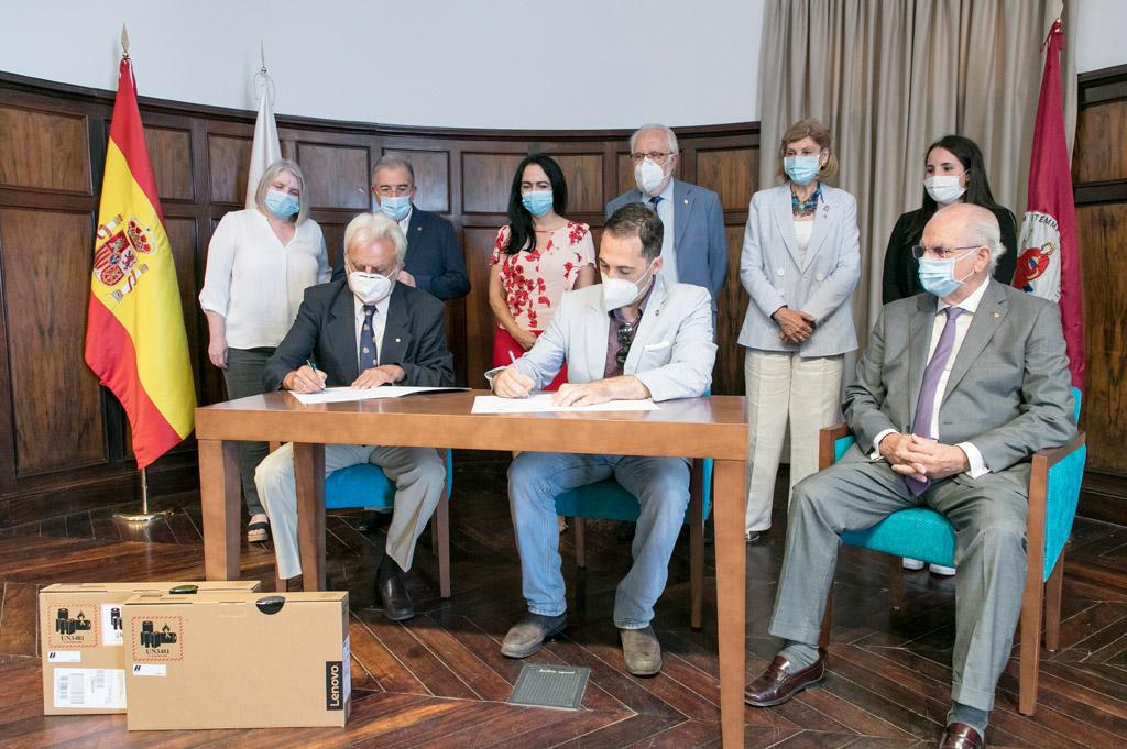 Momento de la firma del acuerdo de donación entre la ULL y los Rotarios.