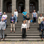 La rectora y el vicerrector posan junto a los representantes municipales que asistieron a la presentación de estos cursos de extensión universitaria.