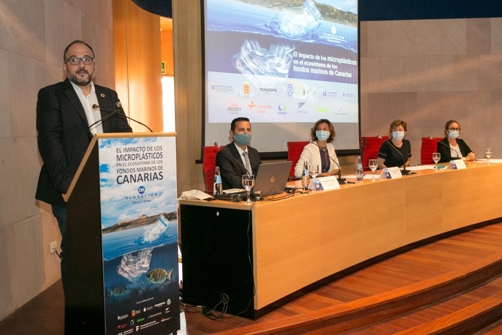 El consejero del Gobierno de Canarias tomó la palabra durante la presentación de esta investigación sobre los microplásticos en el litoral canario.