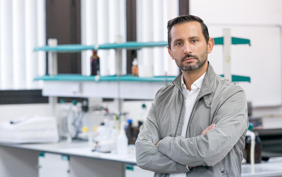 Javier Hernández Borges durante la entrevista celebrada en la Sección de Química de la Facultad de Ciencias.