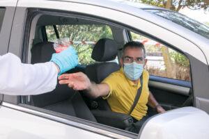 Las muestras se entregan en mano y no es necesario bajar del coche si se ha acudido a la cita en el vehículo particular.