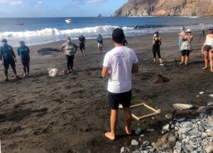 Recogida de muestras con voluntarios en una de las zonas costeras del proyecto IMPLAMAC