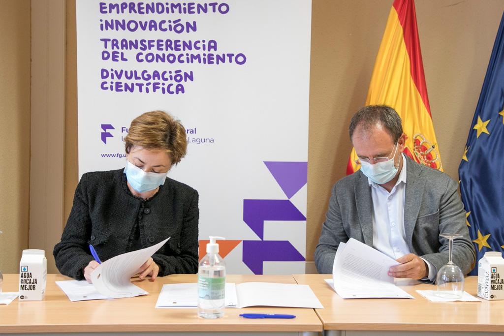 La rectora de la ULL, Rosa Aguilar Chinea, y el alcalde de El Paso, Sergio Javier Rodríguez, durante la firma.