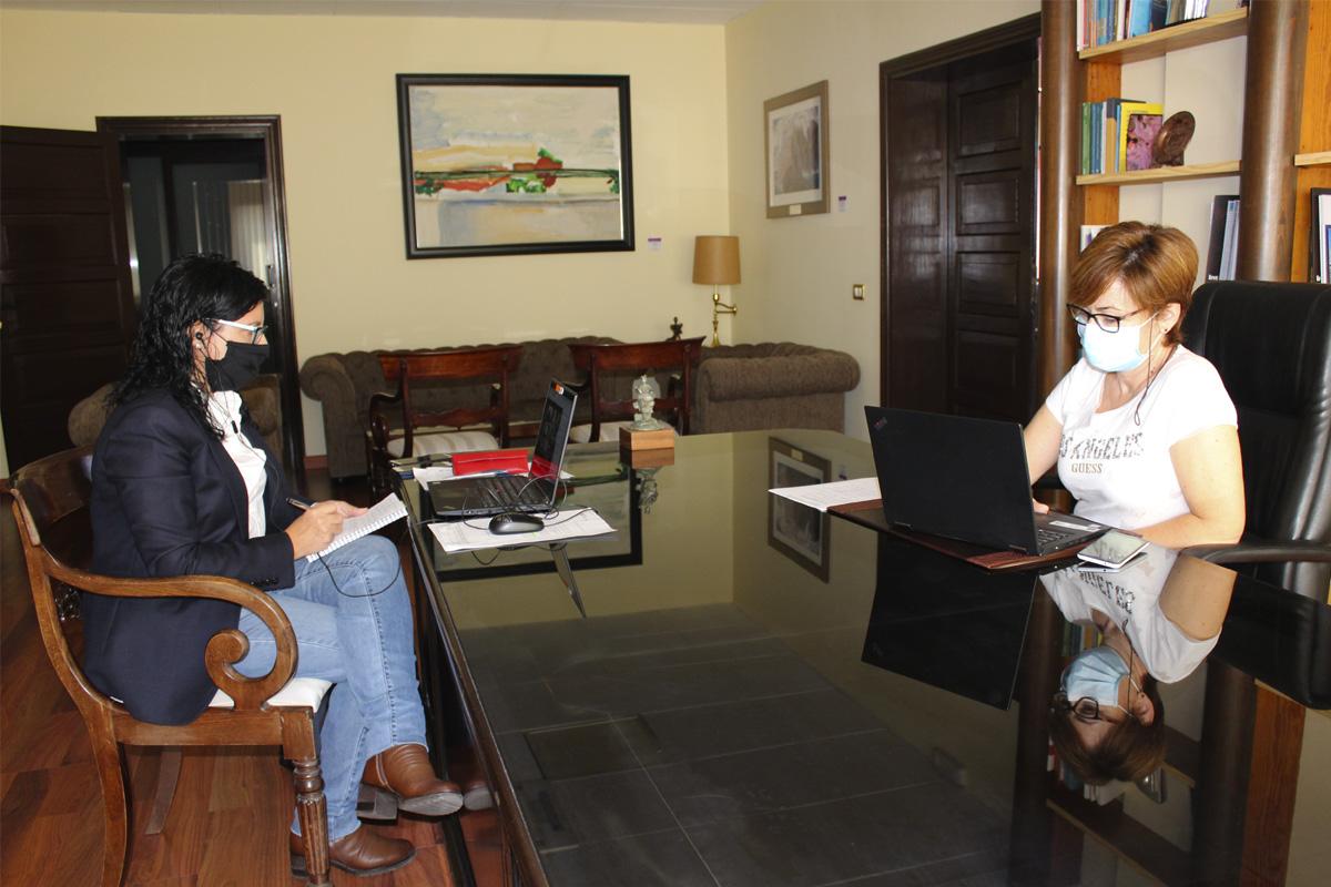 La vicerrectora de Infraestructuras y Sostenibilidad (i) junto a la rectora (d) en una de las reuniones mantenidas telemáticamente con la comunidad .universitaria.