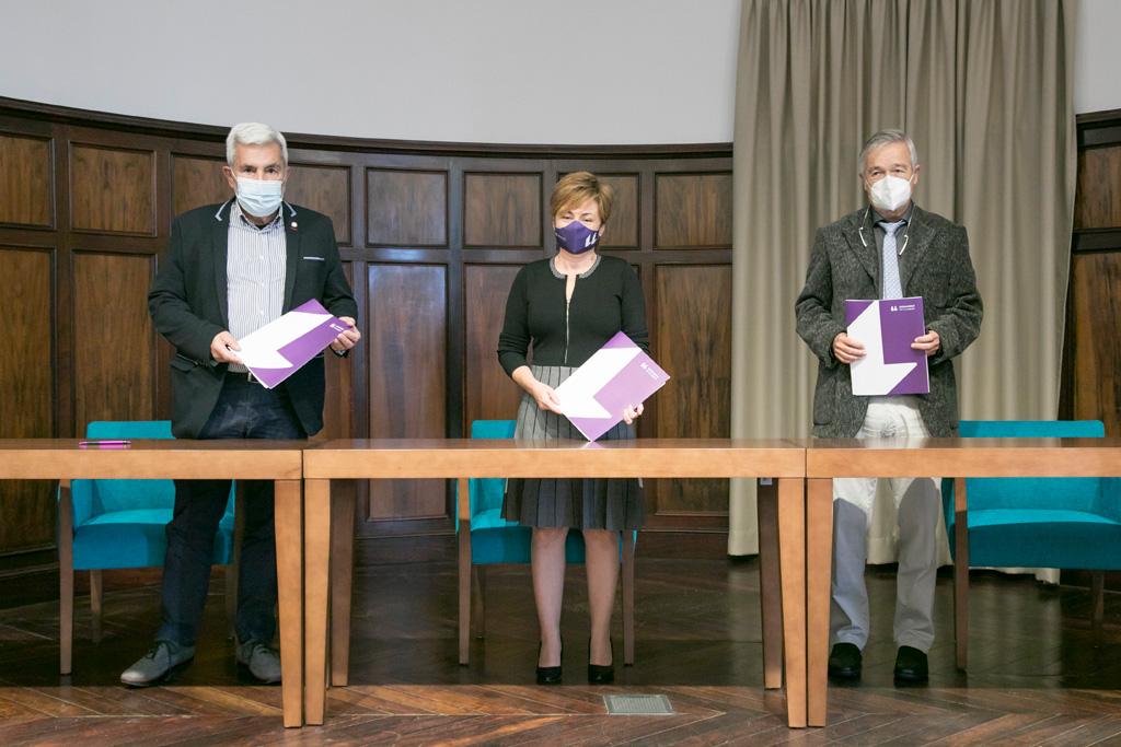 José Miguel Rodríguez, Rosa Aguilar y Basilio Valladares tras firmar el convenio.