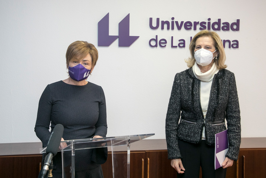 La Rectora Rosa Aguilar con la ex rectora María Luisa Tejedor durante la lectura de la declaración