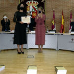 Sarai Rodríguez (d) recibe el premio de manos de la ministra Díaz.