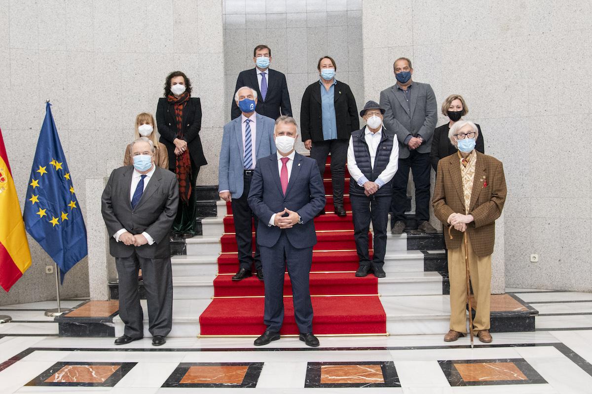Foto de familia del presidente del Gobierno de Canaria con los jurados de los Premios Canarias 2021.