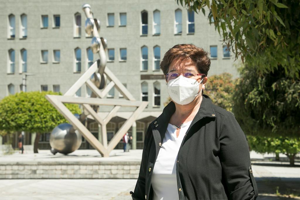 Dolores Corbella posa en el Campus de Guajara, donde se ubica la Facultad de Humanidades.