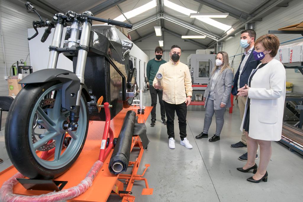 La rectora y los consejeros insulares palmeros atienden las explicaciones técnicas sobre uno de los vehículos eléctricos en desarrollo por el alumnado de la ULL.