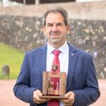 Pedro Álvarez Pérez posa con el trofeo que acredita el premio concedido por el Consejo Social de la Universidad de La Laguna a su trayectoria docente e investigadora
