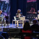 Imagen de la edición 2020, una mesa redonda moderada por Javier Rivero Grandoso con los escritores Domingo Villar y Marta Sanz.