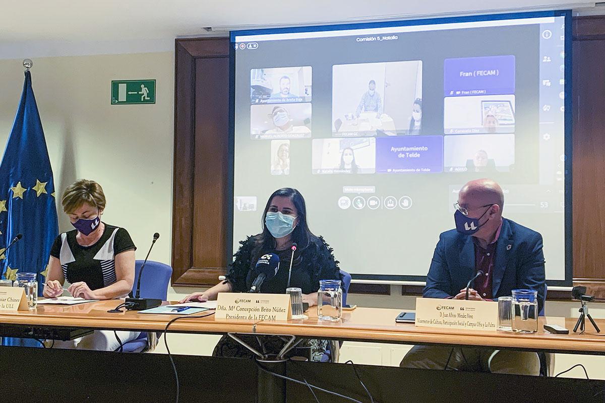 De izquierda a derecha, la rectora de la ULL, Rosa Aguilar; la presidenta de la FECAM, Concepcion Brito, y el vicerrector de Cultura y Participación Social, Juan Albino Méndez.