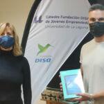 David González, estudiante del Grado de Geografía, recibe el premio por su participación en GUESS de mano de l aprofeaora Inés Ruiz.