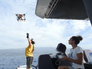 Arranz (a la derecha) durante una de las salidas de observación con dron.