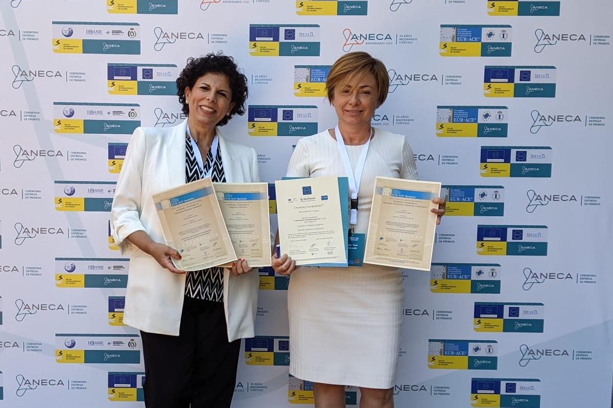 La secretaria de la Escuela Superior de Ingeniería y Tecnología, Mª del Cristo Marrero, y la rectora de la ULL, Rosa Aguilar, tras recoger los certificados en el acto celebrado en Madrid.