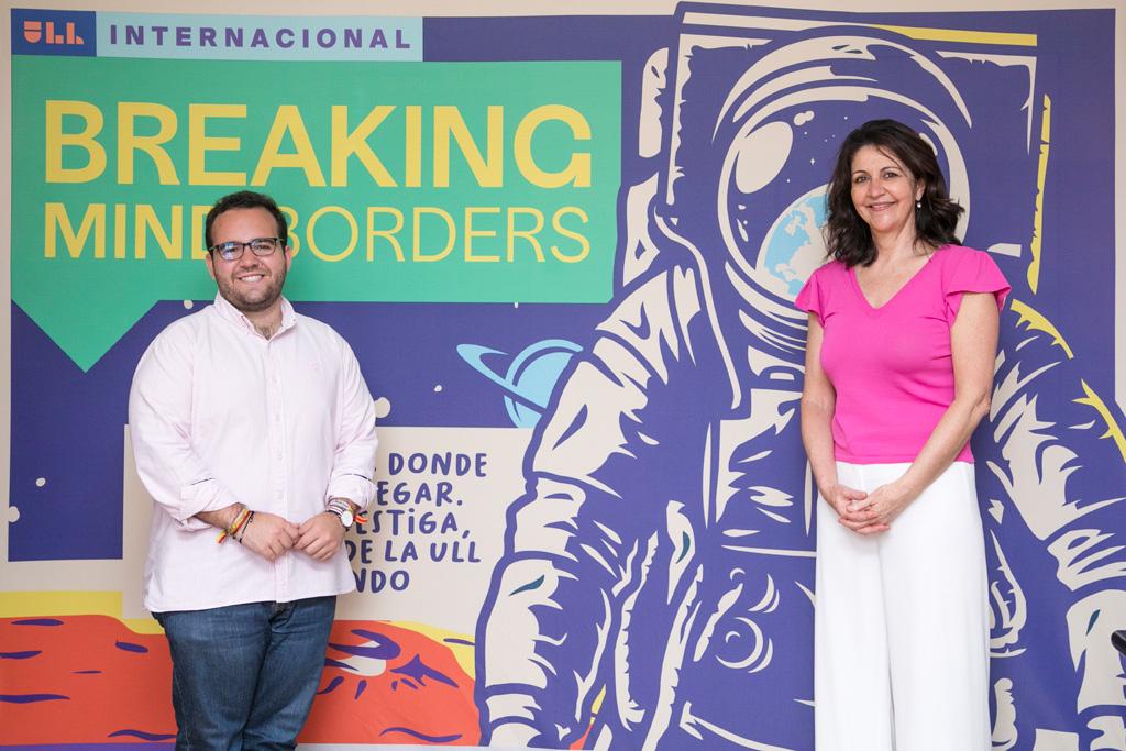 El estudiante Miguel Pastor Moreno, primer embajador para la UE de la Universidad de La Laguna, con la vicerrectora de Proyección, Internacionalización y Cooperación, Lidia Cabrera.