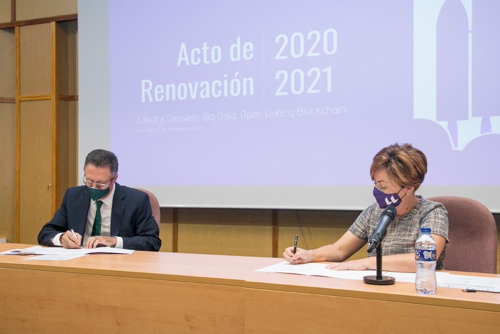 Momento de la firma de la renovación del acuerdo que sustenta la cátedra.